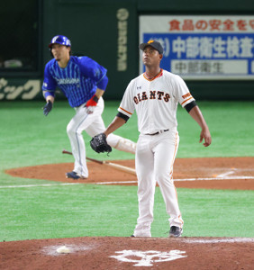 7回2死一、二塁、倉本に勝ち越しとなる右前適時打を浴び、打球を見つめるメルセデス(右)(カメラ・竜田 卓)
