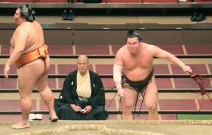 白鵬・御嶽海 白鵬(右)は御嶽海に突き落としで敗れ2敗目を喫した