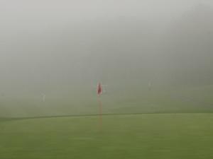 霧に見舞われた9番グリーン周辺(静岡・朝霧CCで)