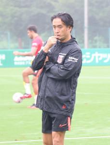 練習を指導する浦和の大槻毅監督