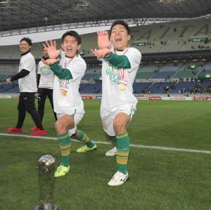 ドラゴンボールポーズする静岡学園時代の松村優太(左は岩本悠輝)