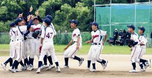 4年ぶり2度目の豊中大会Vに喜ぶ大阪柴島ナイン