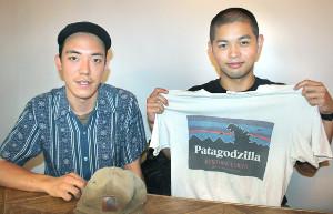 世界一周時に着用していた帽子やTシャツを手にする春道の櫻間心星(左)と林高士