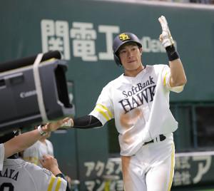 3回、勝ち越しのホームを踏んだ柳田はベンチ前でポーズをとる