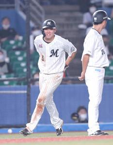5回2死三塁、レアードの打球が三塁走者の安田尚憲のお尻を直撃する