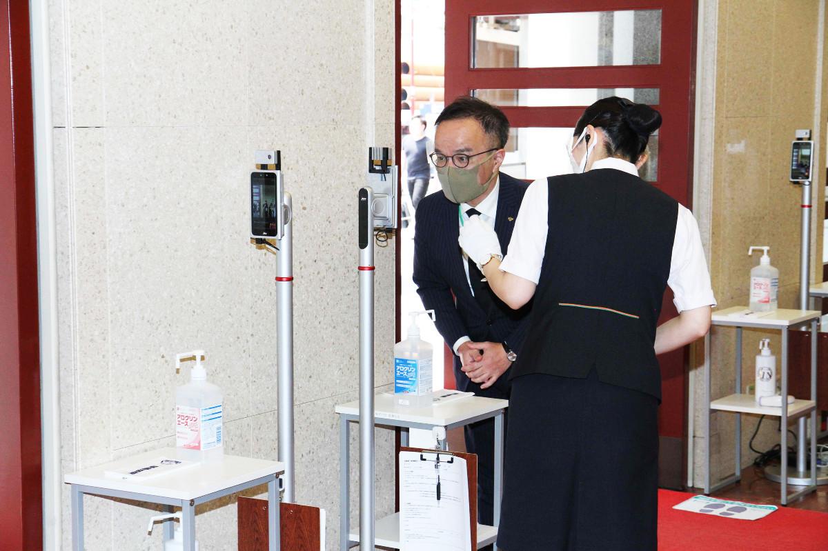 歌舞伎座の入り口では赤外線サーモグラフィーで体温を測定する