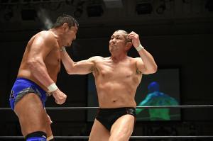 永田裕志(左)との52歳同い年対決で強烈な張り手をたたき込む鈴木みのる(新日本プロレス提供)