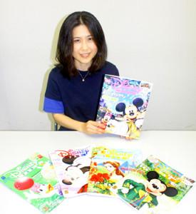 月刊「ディズニーファン」創刊30周年記念号を紹介する太田美千子編集長。苦心した5~8月号も一緒に(C)Disney (C)Disney/Pixar