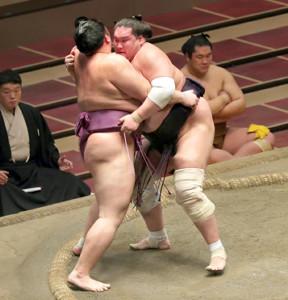照ノ富士(右)が寄り切りで朝乃山を破り1敗を守った(カメラ・佐々木 清勝)
