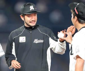 9回に登板した益田直也(右)からウィニングボールを受け取り笑顔の石川歩(中)(カメラ・越川 亘)