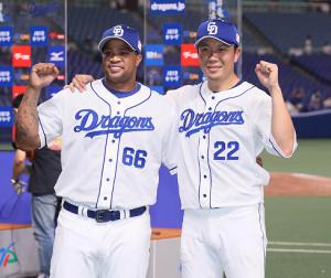 今季初勝利となり、ダヤン・ビシエド(左)と共に肩を組み笑顔の大野雄大 (カメラ・馬場 秀則)