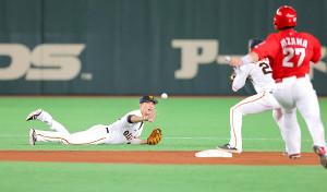 5回1死一塁、堂林の遊ゴロを好捕し、一塁走者の会沢(右手前)を二塁封殺にした坂本(カメラ・橋口 真)
