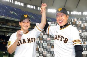 プロ初勝利を挙げた大江(左)は、原監督からの祝福に笑顔を見せた(カメラ・橋口 真)