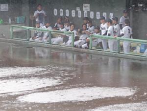 3回終了時で降雨コールドとなり、複雑な表情を浮かべる吹田ナイン(カメラ・岩崎 龍一)