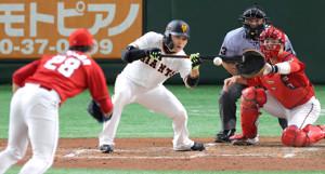 3回無死一、二塁、丸佳浩が一塁への内野安打