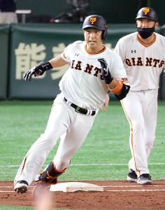 3回2死二塁、右中間適時二塁打を放ち一塁を回る中島宏之