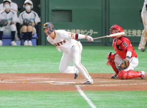 6回1死一、二塁、坂本勇人が左前安打