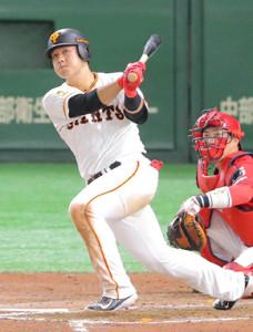 6回1死、岡本和真が左越えに満塁本塁打
