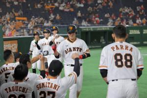 6回1死満塁、左越えに14号満塁本塁打を放ち、生還した走者と共にナインに迎えられた岡本和真