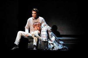 初日を迎えた宝塚歌劇宙組公演「FLYING SAPA」。記憶を呼び戻そうと苦しむミレナ(星風まどか、右)に寄り添うオバク(真風涼帆)