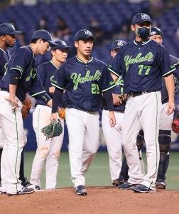 8回無死満塁から大島に勝ち越しの右前2点打を許して降板する小川泰弘(中)