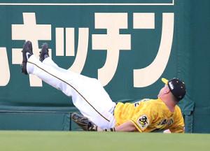 3回2死、佐野恵太の右翼線への三塁打を捕球して転ぶジェリー・サンズ