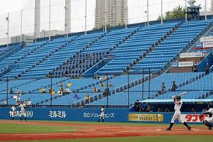 7月18日の岩倉・都三田戦。部員数が約10人の都三田側のスタンドには社会的距離をとった保護者の姿があるだけだった