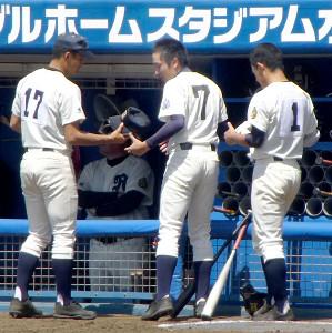 マジックで書かれた背番号7のユニホームで攻守に活躍した竜ケ崎一・持丸(中央)