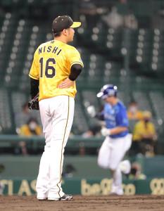 5回、この試合3本目の本塁打を佐野(右)に許した阪神・西勇