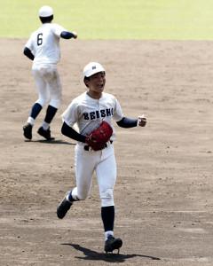 最後の打者を二ゴロに打ち取り、笑顔を見せる静岡商・高田