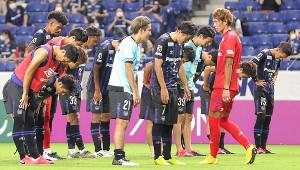 今季初の完封負けを喫し、肩を落としてサポーターにあいさつするG大阪イレブン