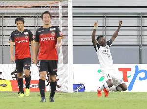 後半26分、先制ゴールを決め喜ぶ柏・オルンガ(右)(左から名古屋・中谷、稲垣)