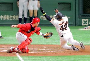 5回2死二塁、中島の右前安打で二塁走者・ウィーラー〈48〉が生還