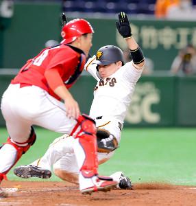 3回1死二、三塁、ウィーラーの左犠飛で生還する丸(右)(捕手・磯村)