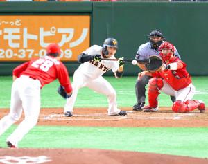3回無死一、二塁、丸佳浩が一塁へのバントヒットを決める(投手・床田寛樹、捕手・磯村嘉孝)