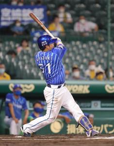 6回無死、宮崎敏郎は追加点となる左越えソロ本塁打を放つ