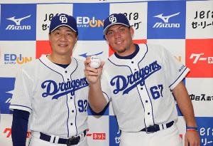 支配下選手登録をされ、与田剛監督(左)と共にポーズをとるヤリエル・ロドリゲス