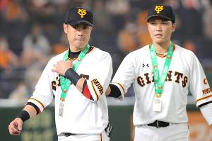 試合前、連盟表彰を受けた亀井善行(左)と坂本勇人(右)