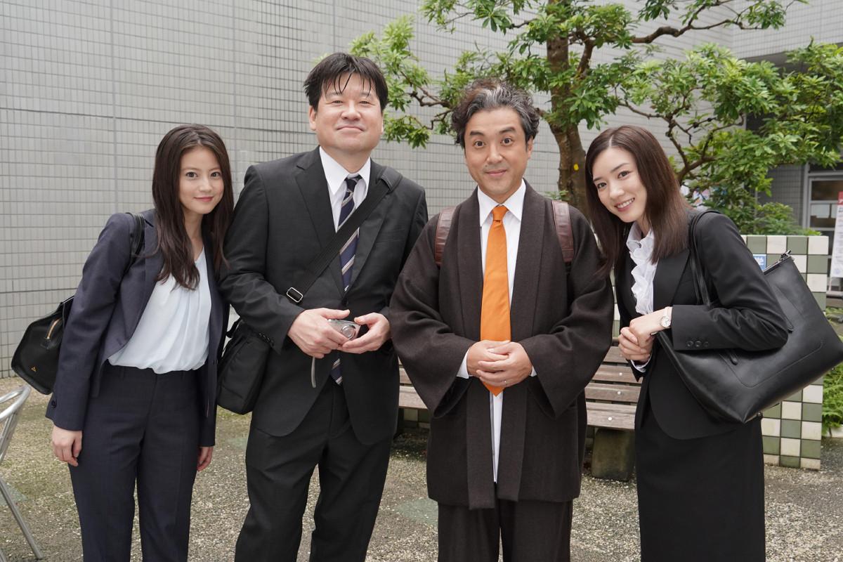 「親バカ青春白書」初回に登場した佐藤二朗(左から2人目)(C)日本テレビ