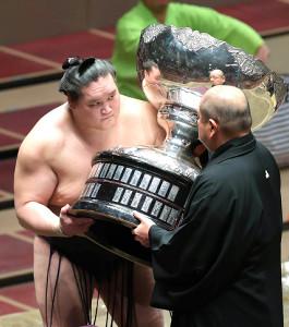 5年ぶり2度目の優勝を決め、八角理事長(手前)から表彰される照ノ富士(カメラ・宮崎 亮太)