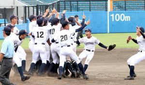 静岡の高校野球決勝 初優勝を喜ぶ聖隷クリストファーの選手たち