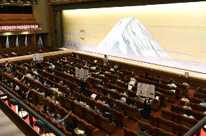 歌舞伎座では劇場スタッフが看板で感染予防対策を案内(松竹提供)