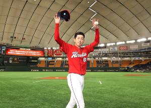 プロ初完投勝利を挙げ、歓声に応える遠藤淳志