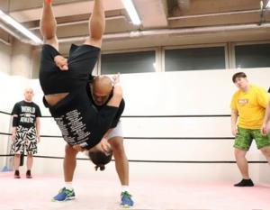 7月6日に秋山準(中央)の合同練習に参加した納谷幸男(右)