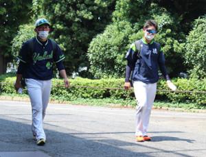 練習を終えて引き上げるヤクルト・大西(左)と吉田喜
