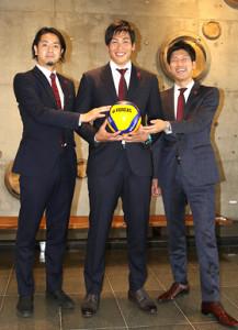 入団会見後、池田社長(左)、降旗GM(右)から激励を受ける越川
