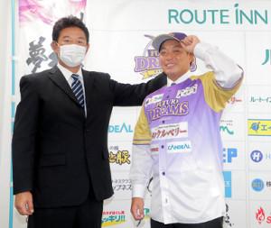 BC神奈川入団会見で鈴木尚典監督(左)と笑顔を見せる高木勇人