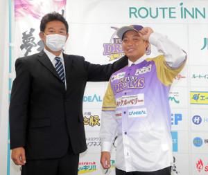 BCリーグの神奈川フューチャードリームスに入団が決まり鈴木尚典監督(左)から期待が寄せられる高木勇人