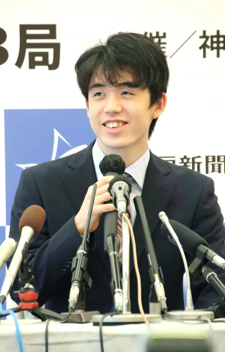 穏やかに抱負を語る藤井聡太棋聖