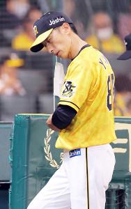 選手交代を告げベンチに戻る矢野燿大監督